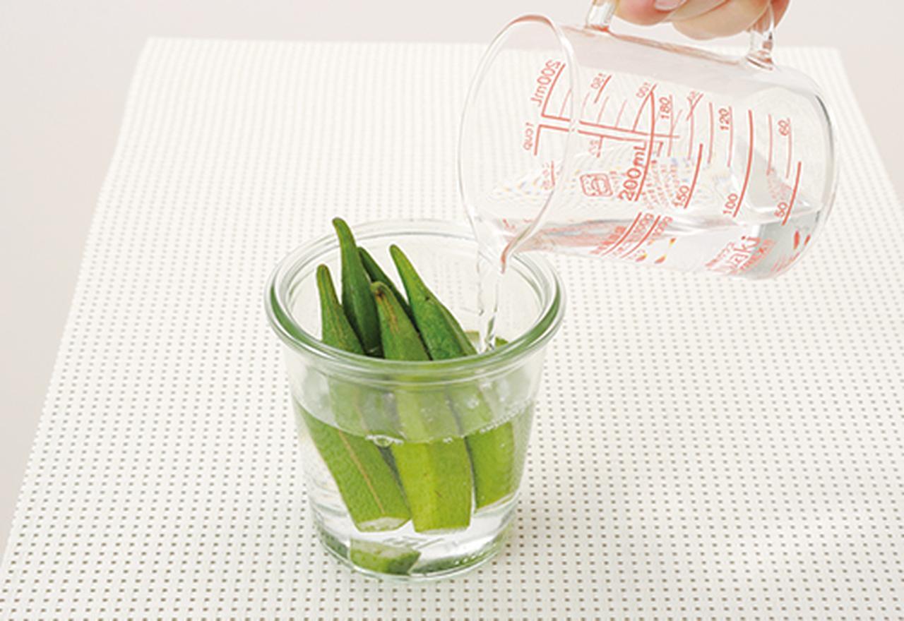 画像: ② 瓶やコップに①の切った部分が下になるように入れ、オクラが浸る程度まで水を注ぐ。