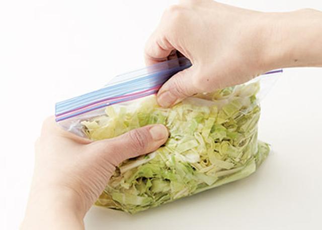 画像: ③ ②の空気を抜いてしっかりと密閉し、冷蔵庫で保存する。