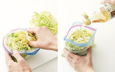 画像: ② ①をジッパーつきの保存袋(煮沸消毒した容器でも可)に入れ、キャベツが完全に酢に漬かる程度まで、酢を注ぐ。 ※袋は小さめのものを2枚用意し、半分量ずつ漬けると、傷みにくく使い勝手がよい。