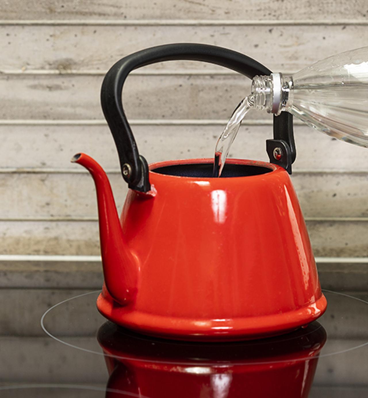 画像: ❶ペットボトル半分の水道水を入れ、沸騰したら火を止め、残りの水道水も入れる