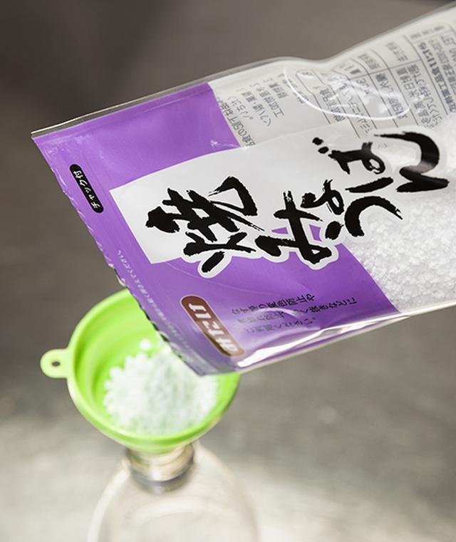 画像: ❷ペットボトルに、焼ミョウバン50g(30gの袋の場合は2袋)を入れる