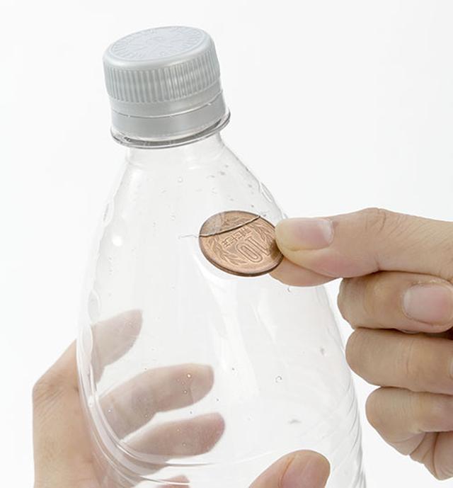 画像: ❷その切り込み口から10円玉を20枚、ペットボトルの中に押し込む