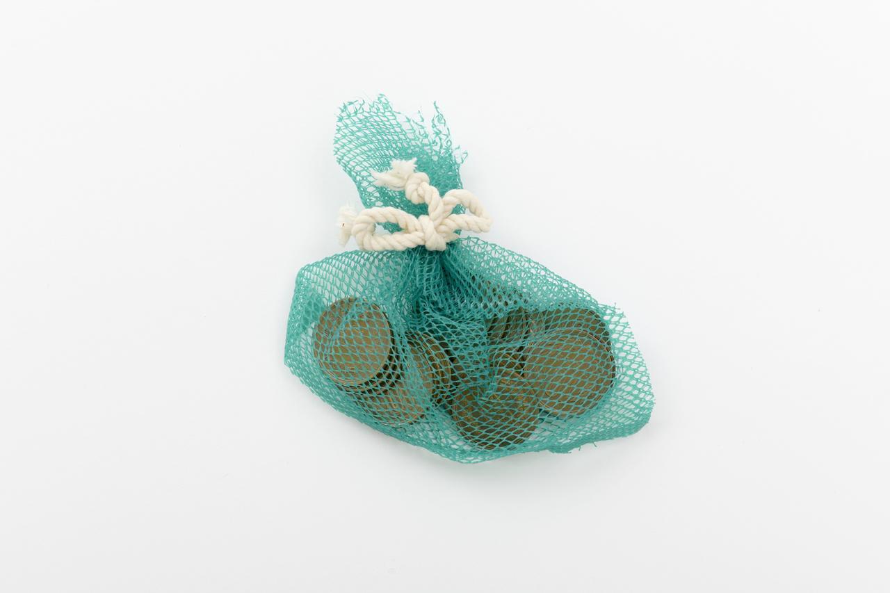画像: ❶網袋に10円玉20枚を入れ、ほどけないように縛る。