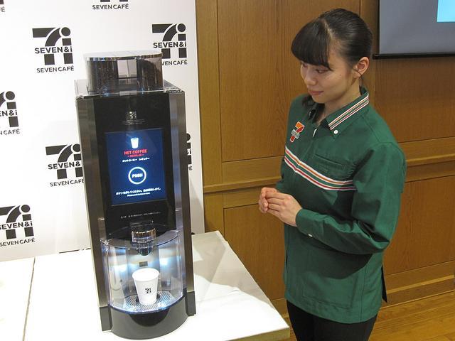 画像: ブラックコーヒー用マシンもリニューアル。PUSHのボタンを押すだけの全自動となる。順次導入される。