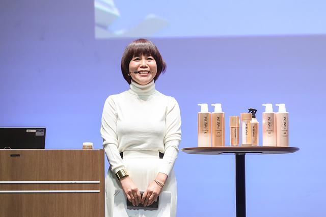 画像: 山本浩未さんによる「髪が変われば顔も変わる!山本浩未のキレイの見つけ方」をテーマとしたオリジナルメソッドの美容方法の講演。写真・マツモトキヨシ。