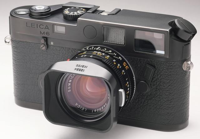 画像: M4をベースに露出計を内蔵したのが、M6だ。写真のM6は、赤い銘板が外されているなど、オリジナルとは異なる部分がある。レンズは、ズミクロンM f2/35㎜。