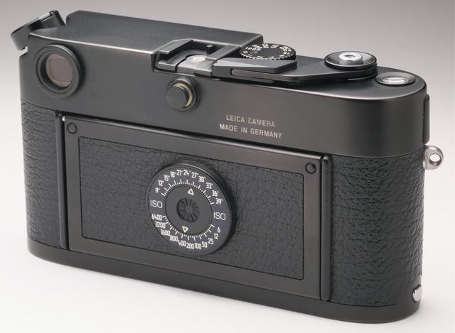 画像: 見慣れたデジカメに比べ、フィルムカメラの背面は、とにかくシンプル。中央の丸いダイヤルは、ISO感度の設定用。●サイズ/幅138㎜×高さ77㎜×奥行き38㎜●重量/560g
