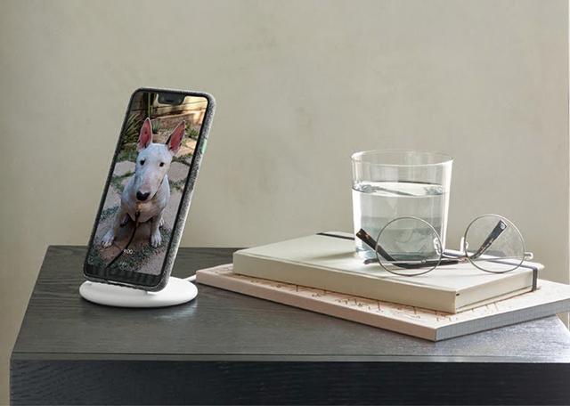 画像: Qi準拠の充電器「Google Pixel Stand」(9504円)と組み合わせてAIアシスタント機能をフル活用。