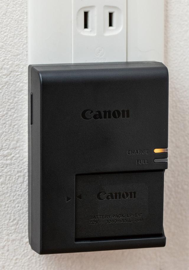 画像: 充電器にバッテリーを取り付け、壁の電源コンセントで充電。機種にもよるが、およそ2時間もあれば満充電状態にできるだろう。