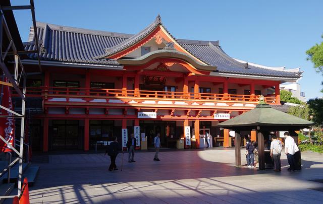 画像: 青空に映える寺院の朱塗りの建物を大きくとらえる。だが、左端に鉄骨が入ってしまい、左下には赤いコーンまで写り込んだ。これでは、寺院境内の雰囲気を台なしになる。