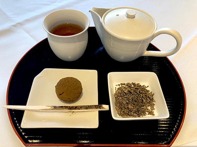 画像: ほうじ茶パウダーを纏ったトリュフチョコはドライフルーツのほのかな苦みとチョコの甘みのバランスが絶妙。茶葉をパリパリほおばる「ほうじ茶の糖衣」は初体験の上品さ。
