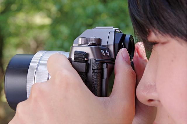 画像: ファインダーを使うと、カメラが安定し、明るい場所でも快適な撮影が行えるため、構図やシャッターチャンスに集中しやすい。