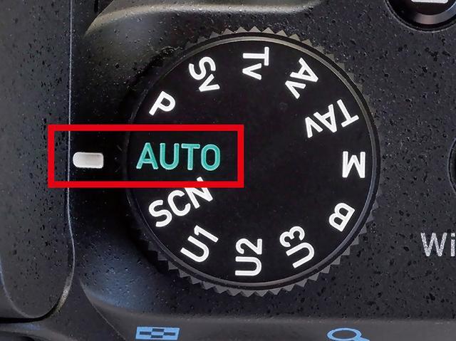 """画像: フルオート(メーカーで名称は異なる)のモードは、モードダイヤル上に""""色付け""""されていることが多い。K-70だと、緑色の「AUTO」がフルオートになる。"""