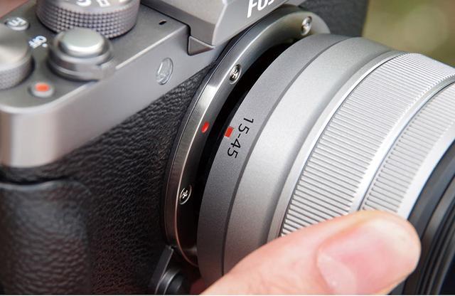 画像: レンズ装着の際には、ボディ側とレンズ側の指標(マーク)を合わせる。乱暴に操作すると、キズや破損につながる。