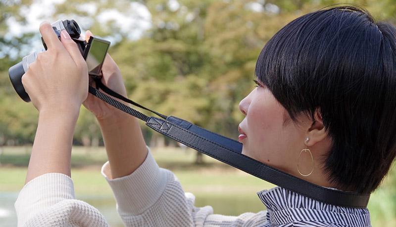 画像: カメラを持つ手を伸ばすと、どうしても不安定に。だが、首から掛けたストラップを張れば、体幹を利用して安定させられる。