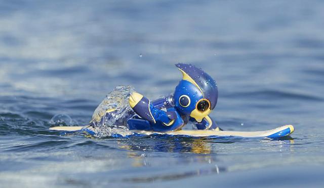 画像: ロボットの「エボルタNEOくん」が遠泳でギネス世界記録を達成!