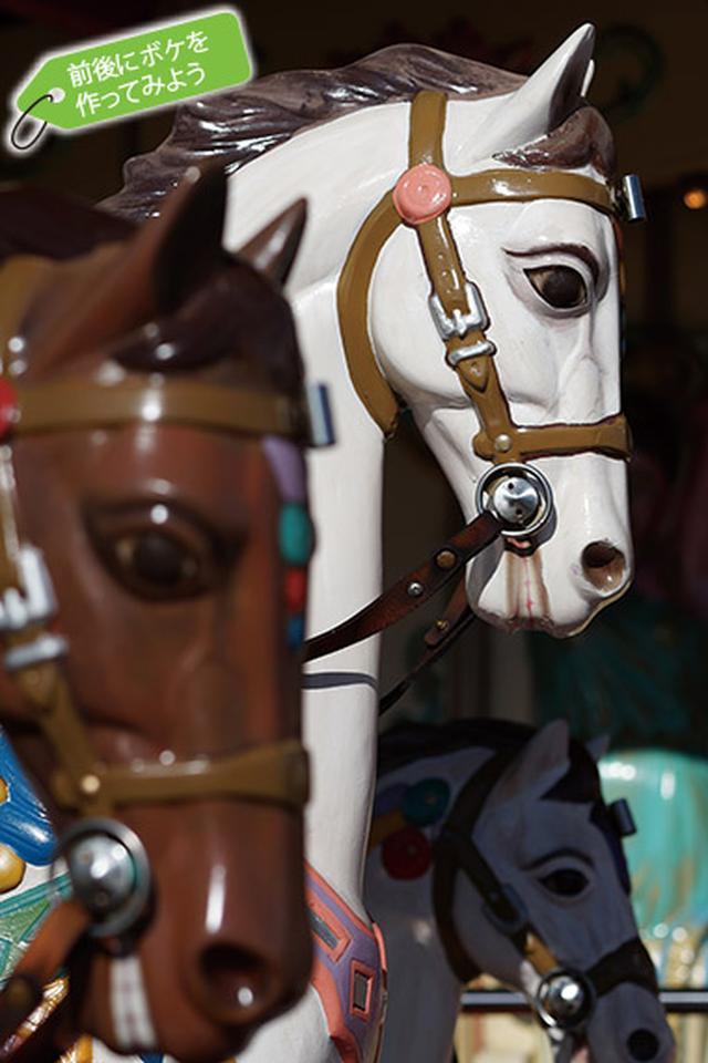 画像: 白い馬の前後にある、ぼかした馬の存在によって、立体感のある描写となっている。