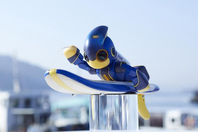 画像: サーファースタイルで前進する仕組み。手にはフィンが装着されている。