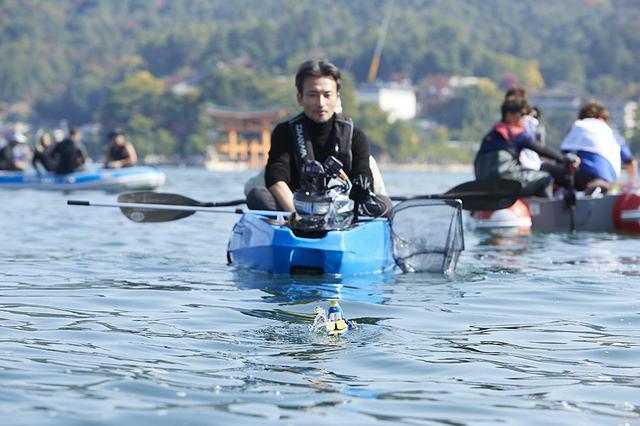 画像: 高橋智隆氏はカヌーで見守った。