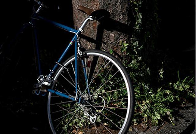 画像: 陰になった部分をつぶし、光の当たった自転車を際立たせている。