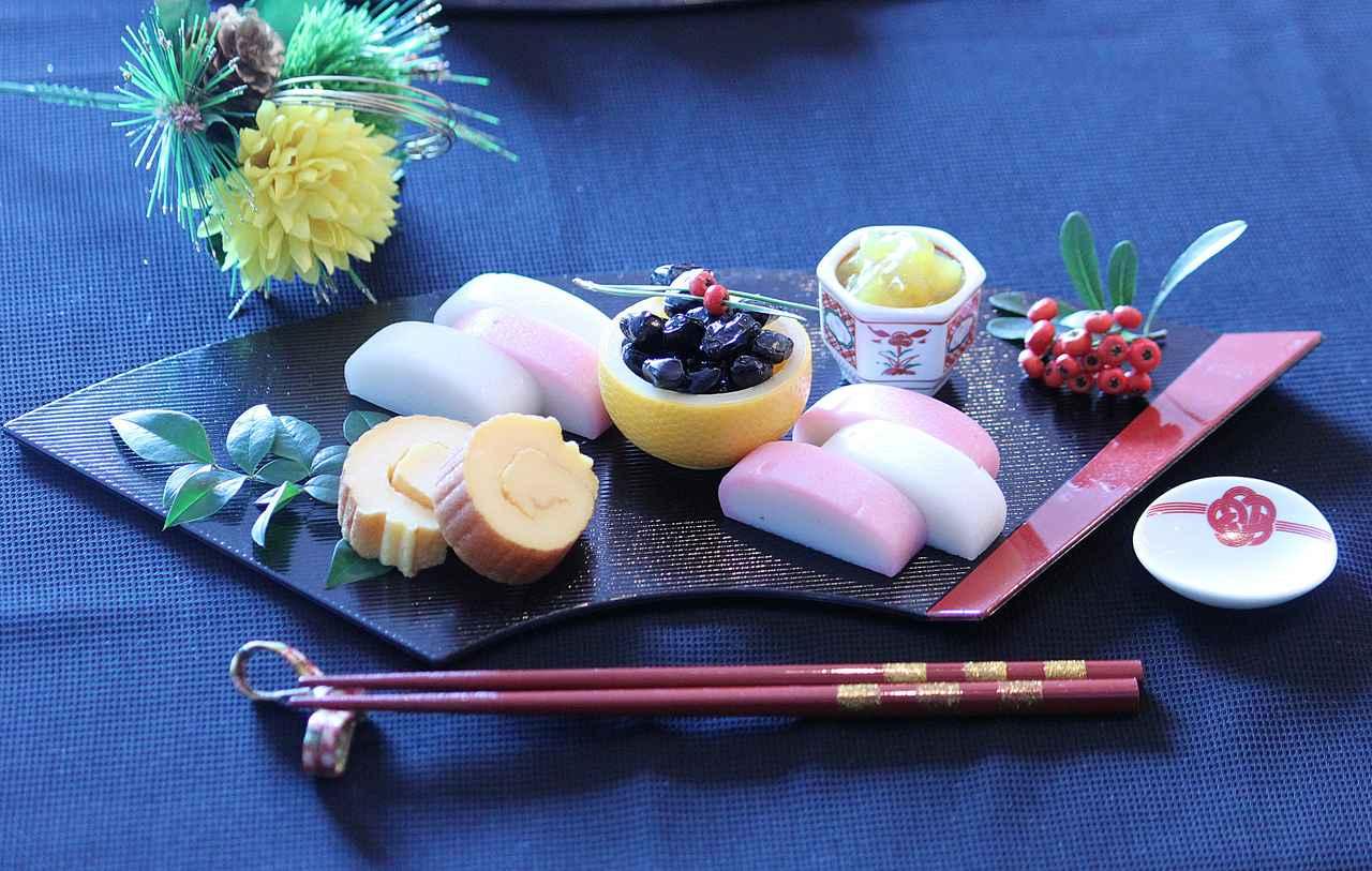 画像: 伊達巻、紅白のかまぼこ、黒豆、栗きんとんの5種類で500円(税抜)とは思えない豪華さの定番おせち。