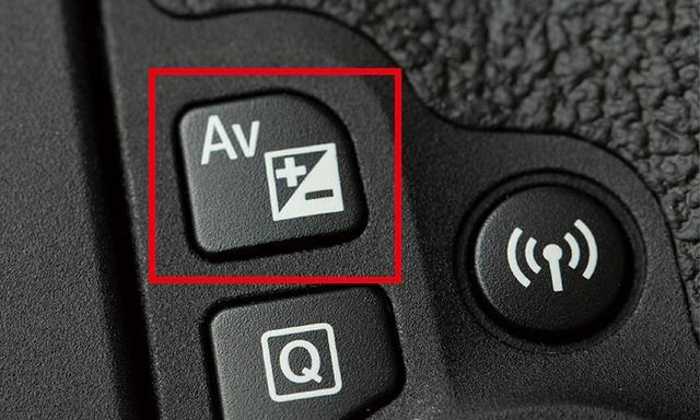 画像: 露出補正のためのスイッチ(ボタン)は、どのメーカーのカメラであっても、ほぼ「+/-」という表記で統一されている。