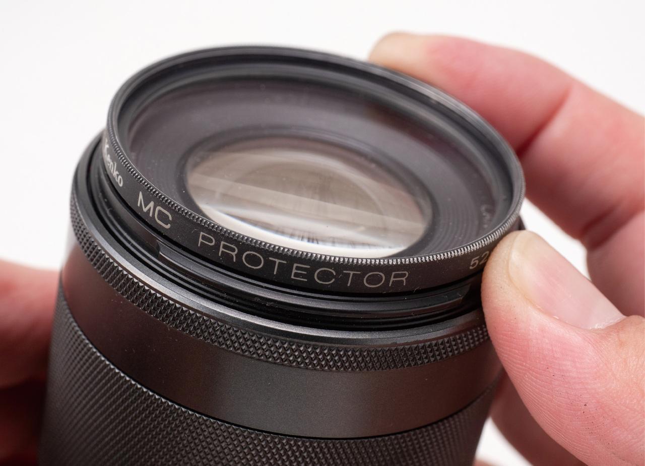 画像: レンズ前面には保護用のフィルターを装着しておくと、キャップがなくても安心だ。ただし、レンズ径が大きいと、フィルターの価格もそれなりに高くなる。レンズの後面用のフィルターはないので、やはり、リアキャップを付けておきたい