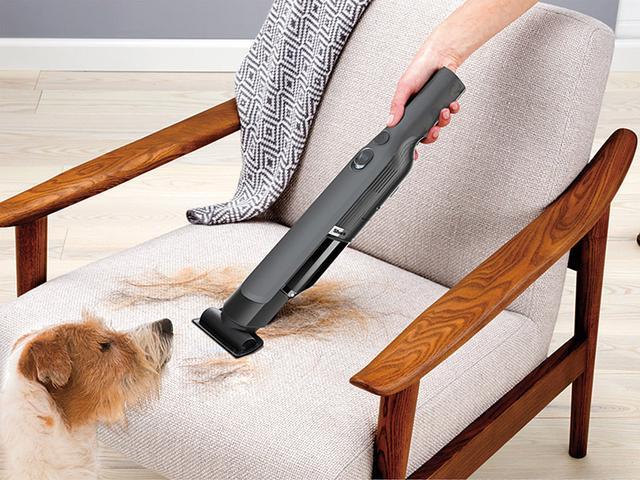 画像: ソファー表面などを掃除するマルチノズルのほか、布団用ノズル、家具のすき間や引き出しなどを掃除するすき間用ノズルを同梱している。
