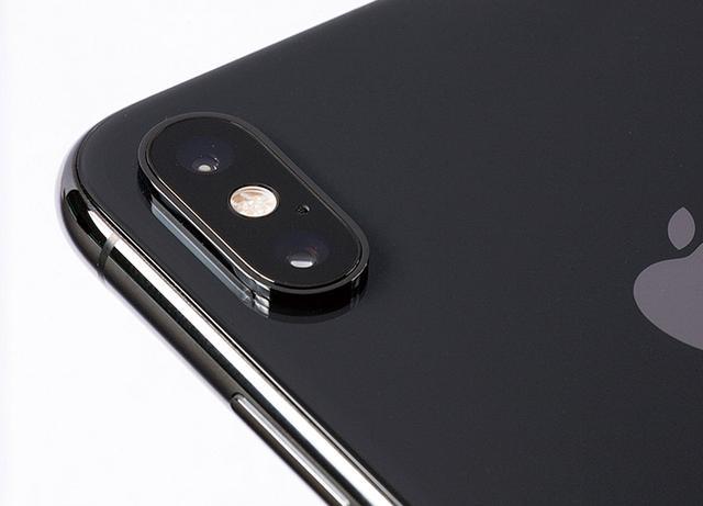 画像: 背面に搭載されたデュアルカメラは、画像センサーが大型化し、画質向上が図られた。ユーザーの任意で被写界深度の調整も可能になった。