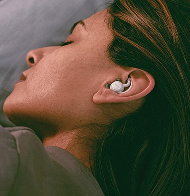 画像: 超小型のイヤプラグは、耳のくぼみにぴったりとフィット。装着したままで横を向いても、耳が痛くない。
