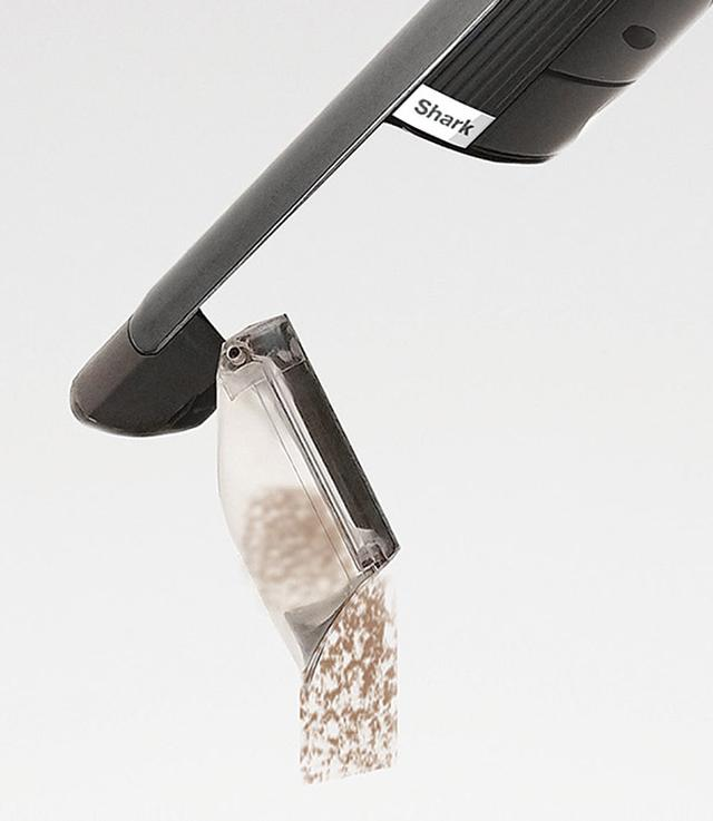 画像: ゴミ捨てはボタンを押すだけで、簡単に捨てられる。本体が小さいため、ダストボックスもコンパクトだ。