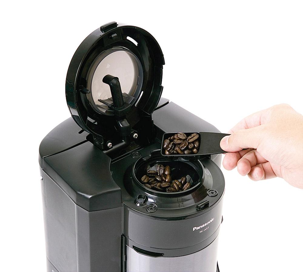画像: 専用スプーンで計った豆を、上部のミル部分に入れる。お湯はミルの上からミル全周にかかるように落ちてくる。粉から淹れることも可能。