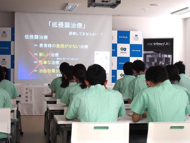 画像: 岩村正嗣院長の説明を熱心に聞き、メモを取る学生の姿が印象的。