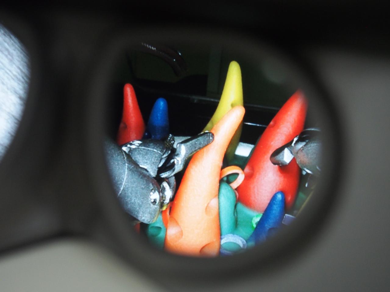 画像: 実際に操作台のレンズをのぞき込むと、奥行まで鮮明に映し出されていた。