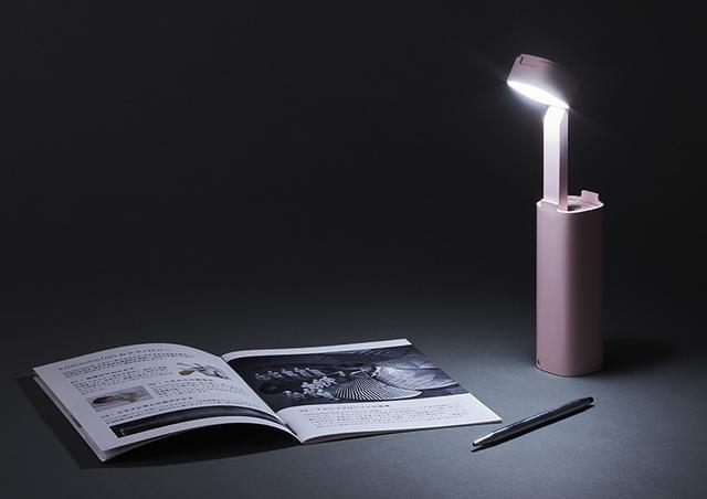 画像: LEDのヘッドを伸ばして回転させることで、デスクライトとしても使える