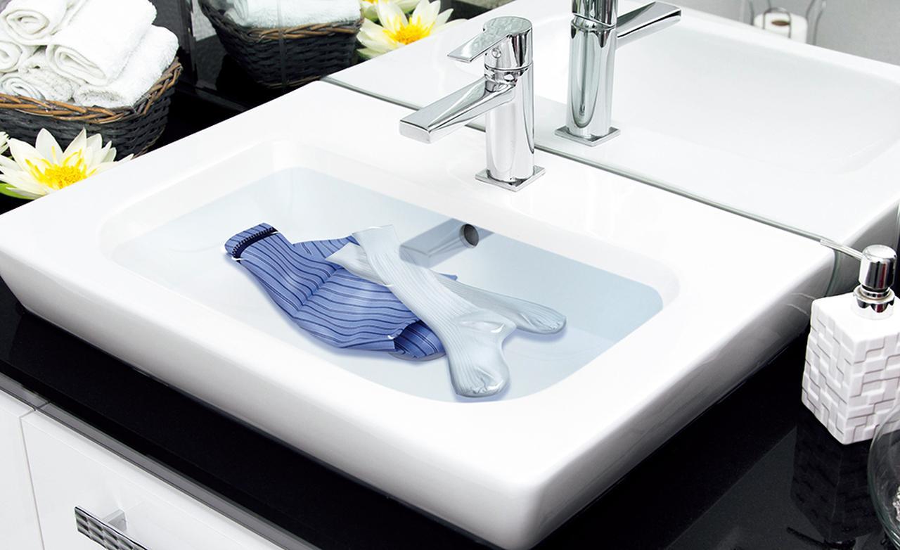 画像: ホテルの洗面台などでつけ置き洗いをするときに一緒に沈める。