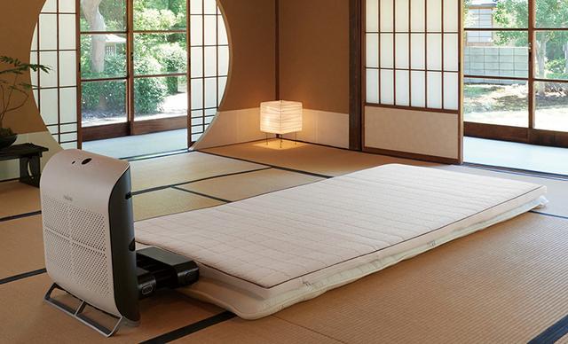 画像: 送風口を下にすれば、床敷きのふとんにも対応。「寝具ケアモード」を使うと、50℃以上の温風をマットレスに行き渡らせ、除菌、脱臭、ダニ対策が行える。