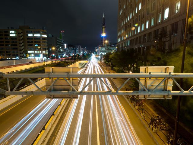 画像: 走る車のライトを「光芒」として写すにはシャッタースピードを数十秒に設定する必要がある。