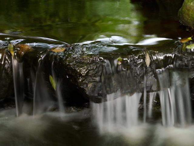 画像: 低速シャッターで撮った水の流れ。こんなときもカメラを三脚に固定したほうが失敗しにくい。