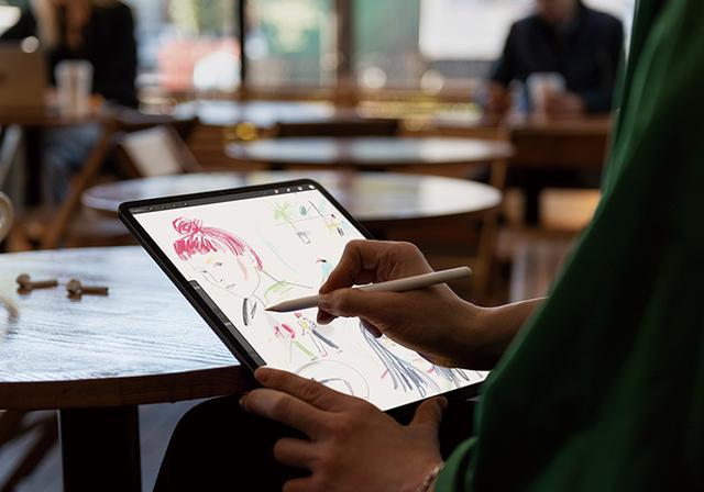 画像: 新iPad Proに合わせて、専用デジタイザーペンのApple Pencil(1万5640円)も刷新。iPad Proの側面に磁力で装着するだけで充電できるほか、筆圧検知と角度検出にも対応しており、緻密なメモ書きを行える。