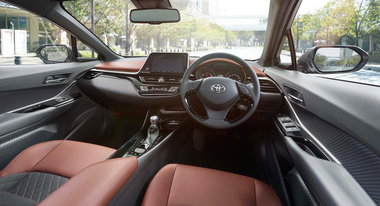 画像: シート、運転席前面の一部にダークサドルタンというブラウン系を配色。