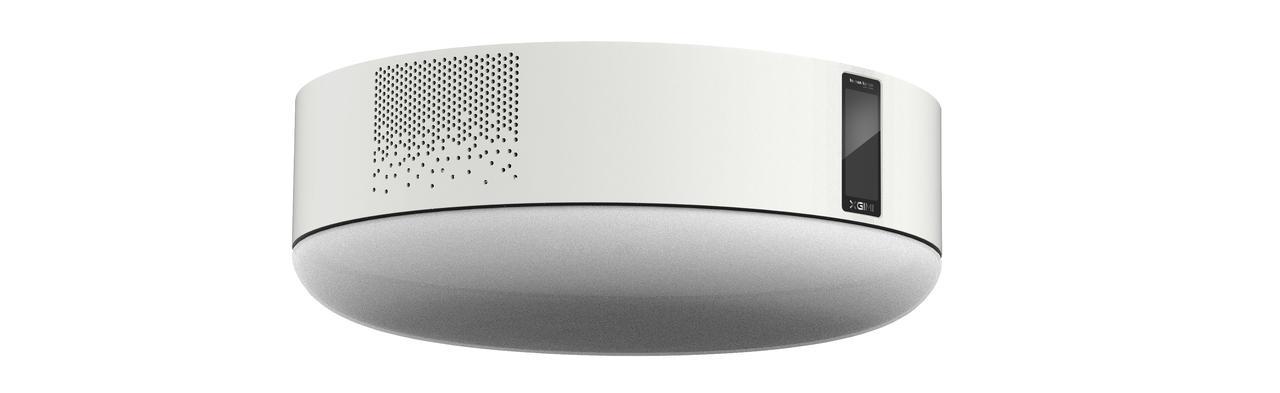 画像: プロジェクターとスピーカーを内蔵し、音声認識リモコンが同梱されるIoTシーリングライト。調光・調色といった照明機能に加えて、壁面などに高画質の映像投写が可能。室内をリッチなエンターテインメント空間に早変わりさせる。