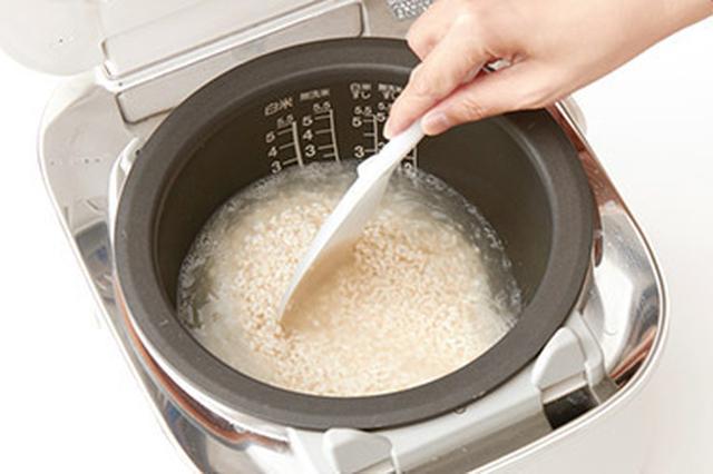 画像: ❶炊飯器に、ほぐした米こうじとお湯を入れ、さっと混ぜる。