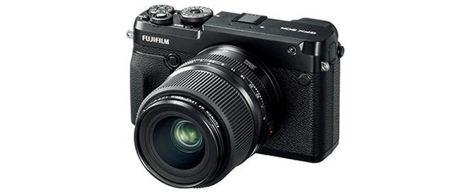 画像: フルサイズの1.7倍のセンサーサイズとなる中判カメラだけに、小型・軽量化しても、それなりの大きさと重量感がある。