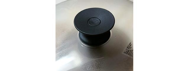 画像: ふたのつまみを押し下げると、チップポットのふたとマグネットで合体。チップポットのふたが開くと、スモークが充満する。