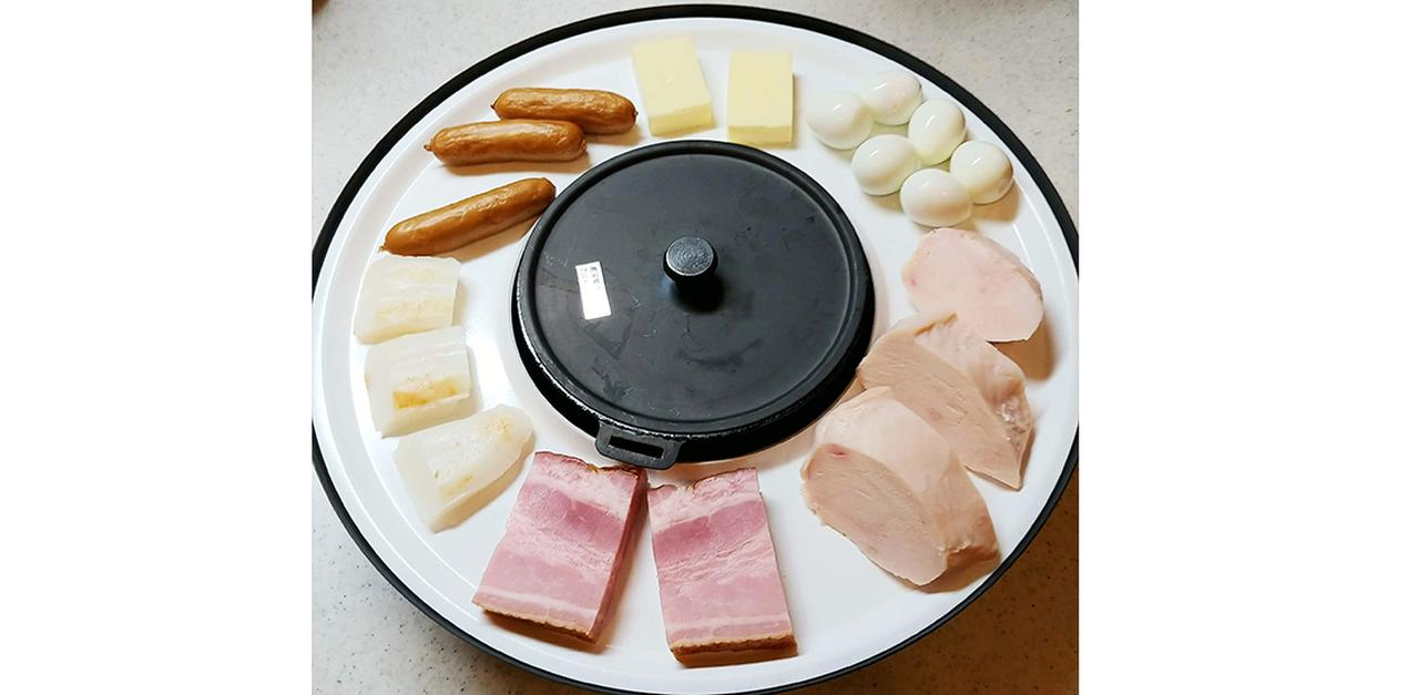 画像: 電気を使わずに、手軽に燻製作りが楽しめるクイックスモーカー。白いプレート部分に食材を並べて使用する。本体サイズは、直径310ミリ×高さ120ミリで、重量は2.5キロ。