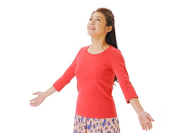 画像: 日光を浴びると体内にビタミンDが生成される。手のひらや腕の内側だけでも効果的。短時間でもよい。