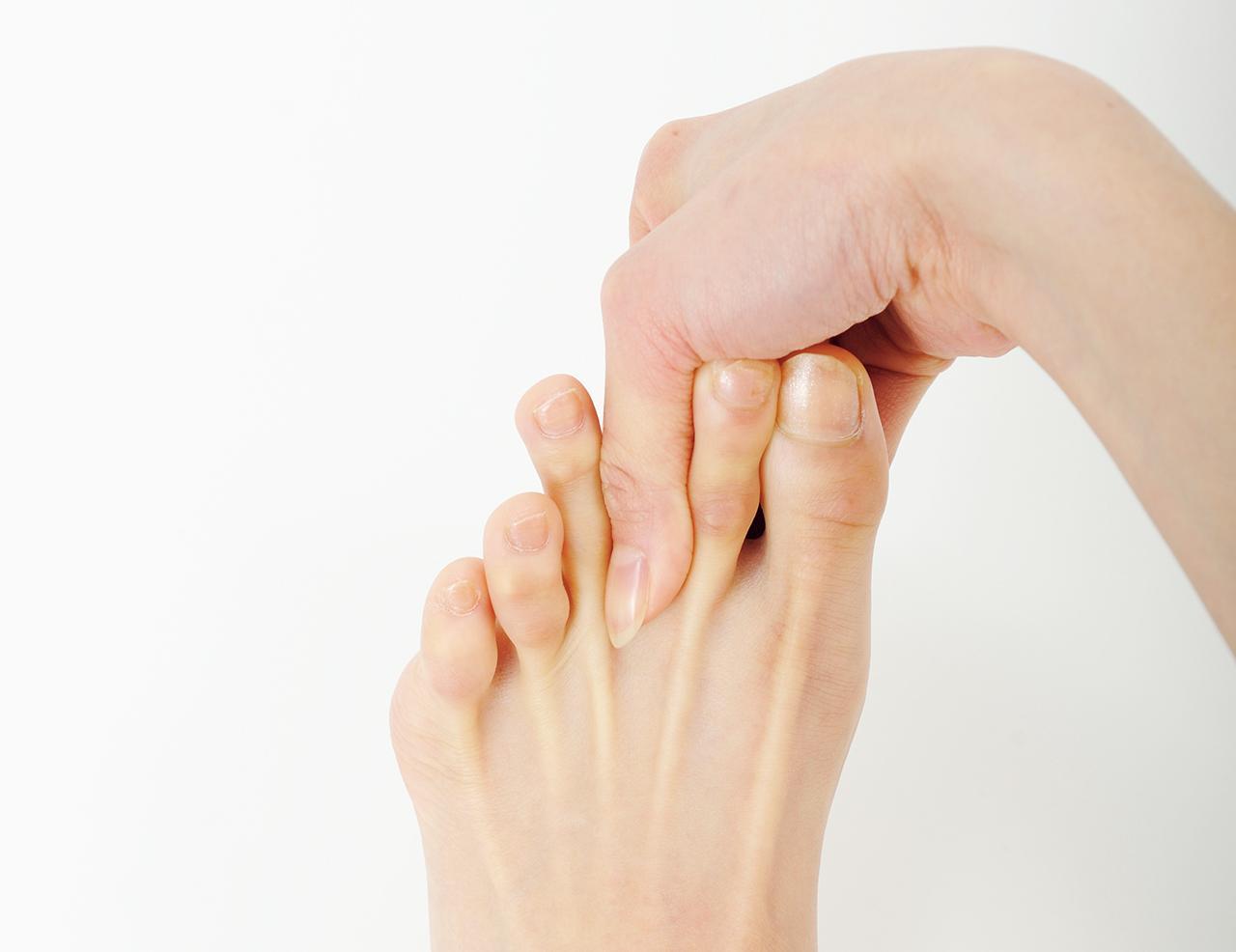 画像: ①内庭のツボの辺りを、手の親指と人差し指で上下にはさむようにつかむ。 ②親指の爪の角を内庭に当て、上からギュッと5回押す。 ③親指の腹で、上からゆっくり10回押す。