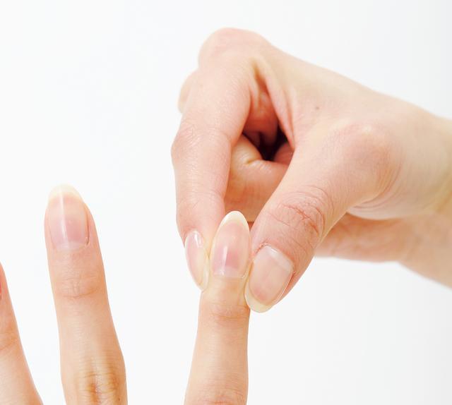 画像: ①歯の痛みのある側の商陽のツボの辺りを、反対側の手の親指と人差し指ではさむ。 ②親指の腹を商陽に当てて、ゆっくり10回押す。 ③痛みが取れないときは、親指の爪を立てて5回押す。 ④最後にもう一度、親指の腹でゆっくり10回押す。
