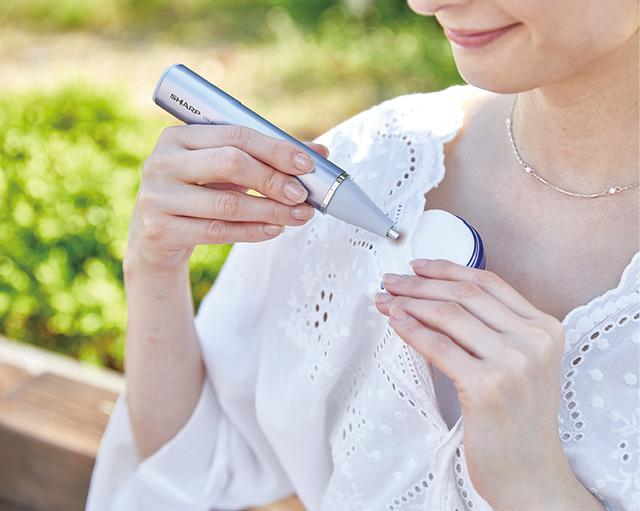 画像: 携帯に便利なS2には、専用パフが付属。上からパフに汚れを移すようにして使用する。